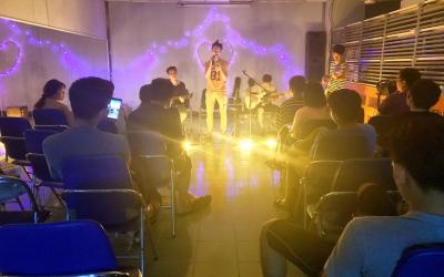 STUDENT LIFE IN BACH KHOA: GUITAR CLUB DORMITORY OFFLINE EVERY FRIDAY NIGHT.
