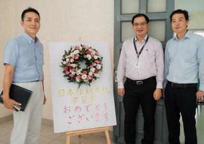 Ông Kuroda Satoru, thầy Đặng Đăng Tùng, ông Ikeda Shuichi (từ trái sang) chụp hình lưu niệm tại phòng văn hóa Nhật Bản