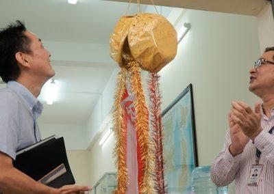 Thầy Đặng Đăng Tùng và ông Kuroda Satoru kéo Kusudama mừng khai trương
