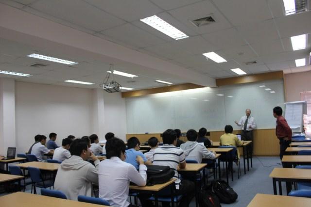 Giáo sư Steve Begg trao đổi với sinh viên