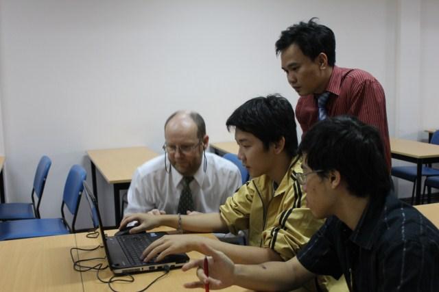Giáo sư và giáo viên chủ nhiệm giải đáp thắc mắc trực tiếp trên máy tính cho các bạn sinh viên