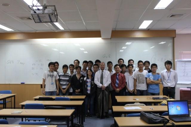 Tập thể sinh viên cùng chụp hình lưu niệm