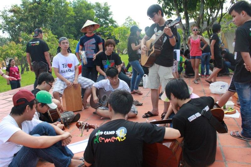 5.OISp_guitar_club_phuc_vu_van_nghe_800x600