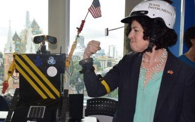 Bà Tổng lãnh sự Mỹ dự buổi thành lập CLB Robotics ĐHBK