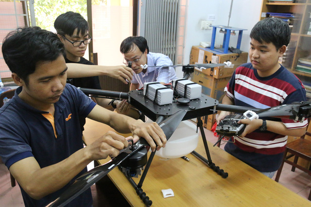 Drone bon phan Bach Khoa