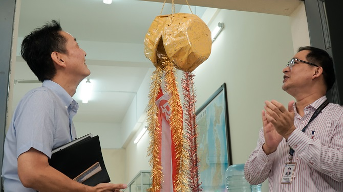 Thầy Đặng Đăng Tùng và ông Kuroda Katoru kéo Kusudama mừng khai trương
