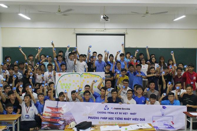 Sinh viên chụp hình lưu niệm tại seminar 3.12 670