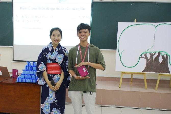 Sinh viên nhận Từ vựng chân kinh VJEP