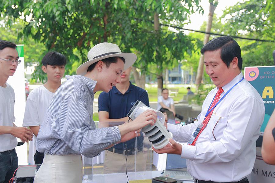 Doi-thi-trinh-bay-du-an-bach-khoa-innovation-2020